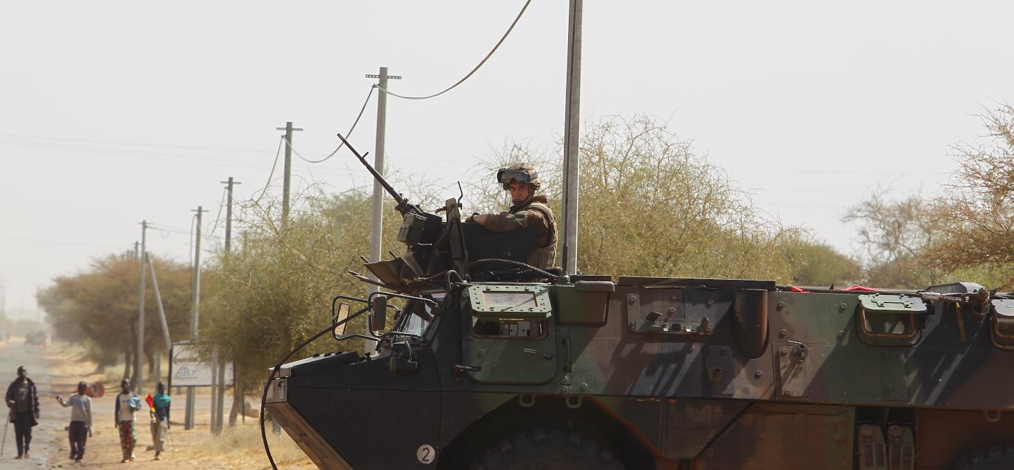 Véhicule blindé français non loin du Mont Hombori au Mali dans le cadre de l'opération Barkhane (2019). Le travail scientifique a alerté sur la corrélation entre opérations militaires et attentats. photo non contractuelle Shutterstock