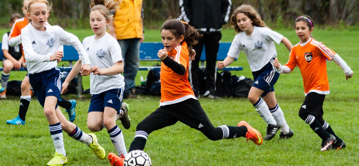 En augmentant la présence des femmes dans le football, on permet aux jeunes filles d'avoir des modèles auxquels s'identifier. barbsimages/Shutterstock