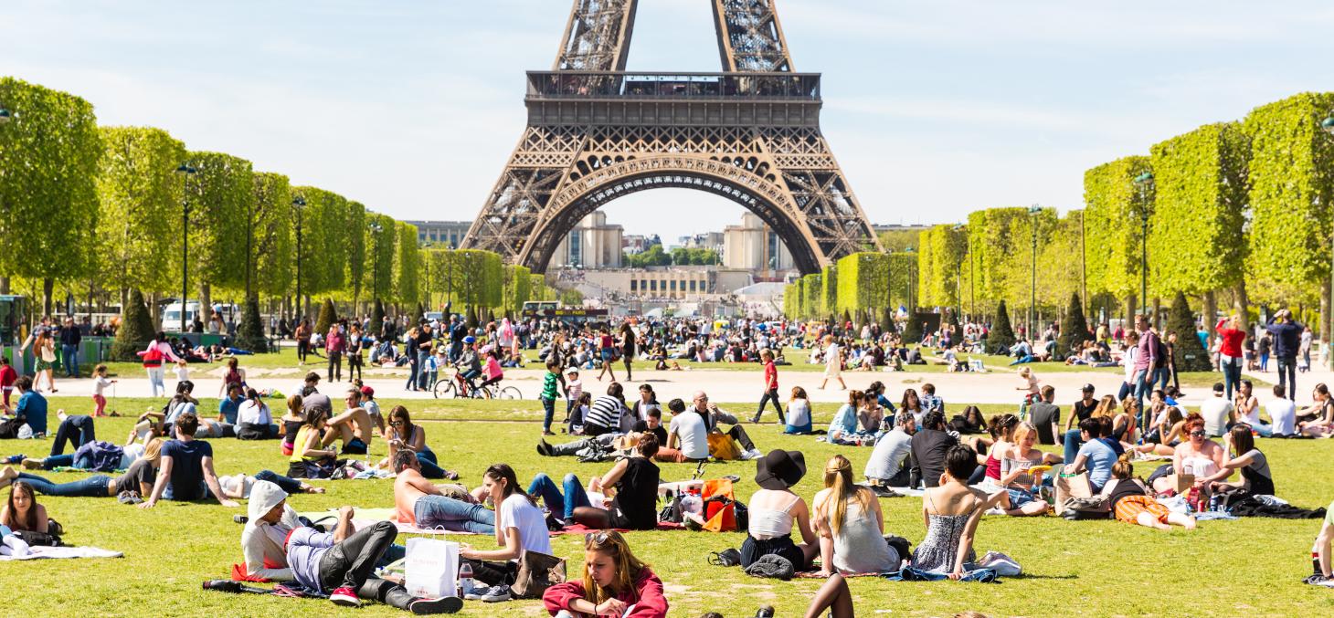 Le dimanche 15 mars, de nombreux Français sont sortis en famille pour profiter du soleil en dépit des appels à rester chez soi. Shutterstock