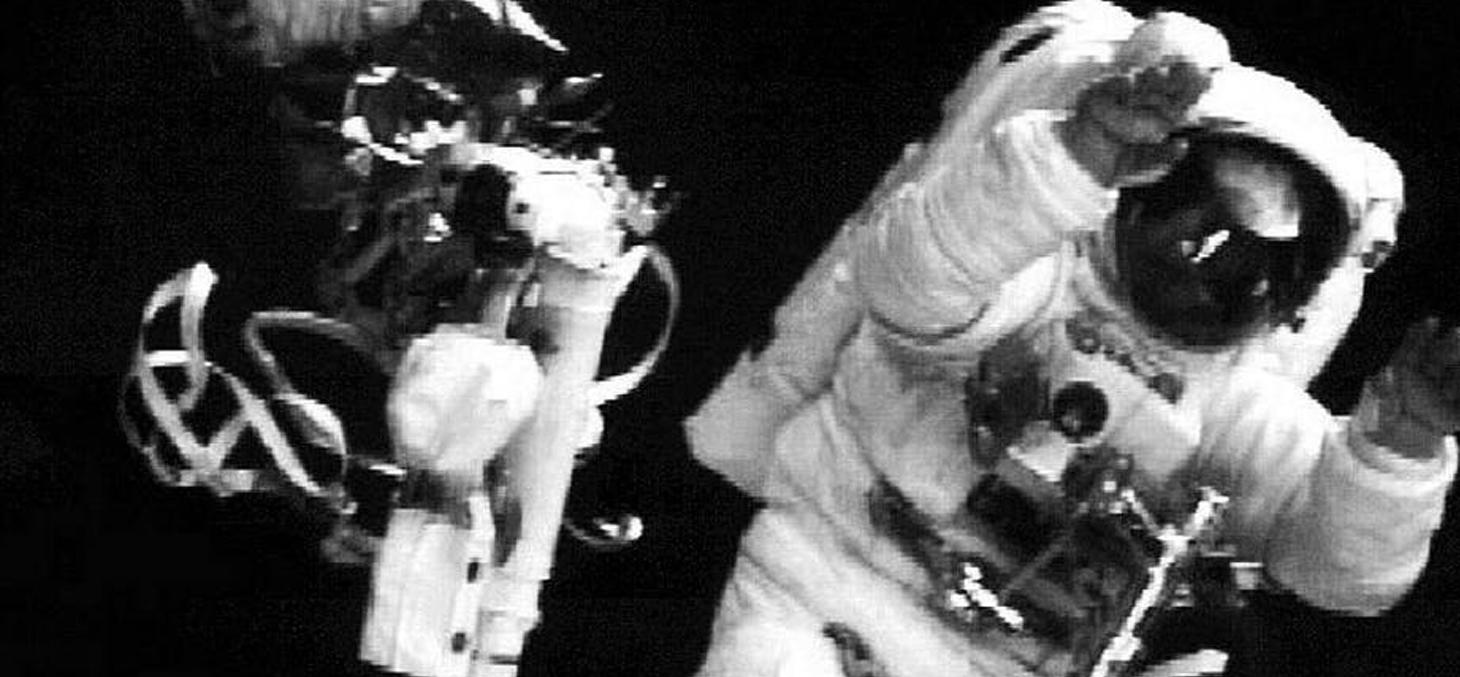 L'astronaute Story Musgrave salue les caméras le 9 décembre 1993 après avoir effectué la cinquième et dernière sortie dans l'espace pour réparer le télescope spatial Hubble. NASA/AFP