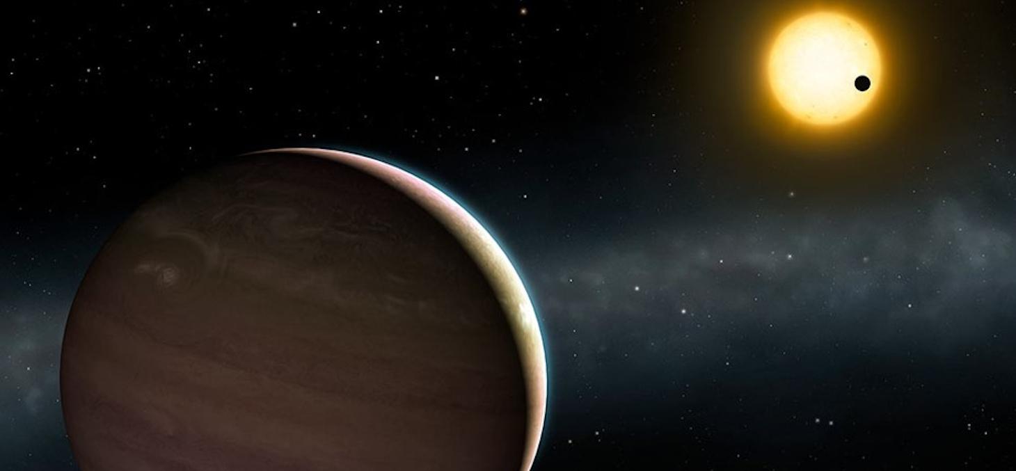 Vue d'artiste du système exoplanétaires en forte interaction WASP-148. La planète WASP-148c est visible au premier plan. On voit au second plan la planète WASP-148b en transit devant l'étoile autour de laquelle les deux planètes sont en orbite. (© Institu
